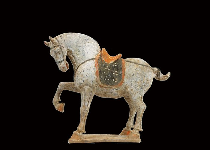 Mingqi - Terracotta - An Exceptional Buff Pottery Figure of a Prancing Horse, Tl test - China - Tang Dynasty (618-907)