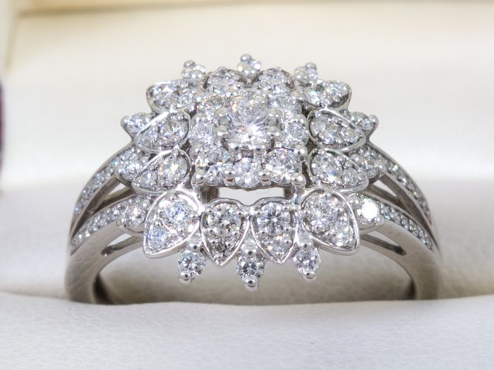 14 kt. Gold - 0.90Ct - flower/entourage shaped diamond ring