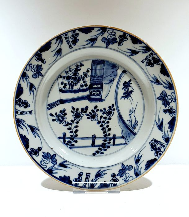 Bord (1) - Blauw en wit - Porselein - Bloemen, terrace, birdcage - Large plate with birdcage and terrace Ø 27 cm - China - 18e eeuw