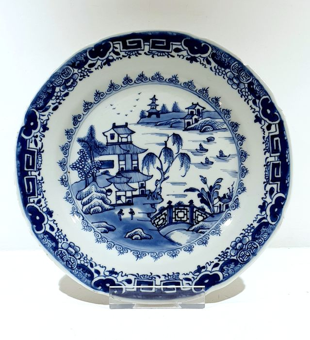 Bord (1) - Blauw en wit - Porselein - Landscape, fisherman, pagoda, birds - Scalloped plate with landscape and fisherboats Ø 23 cm - China - Qianlong (1736-1795)