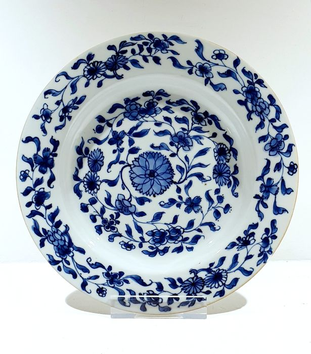 Bord (1) - Blauw en wit - Porselein - Bloemen - Very nice Kangxi plate with flowers Ø 22.5 cm - China - Kangxi (1662-1722)