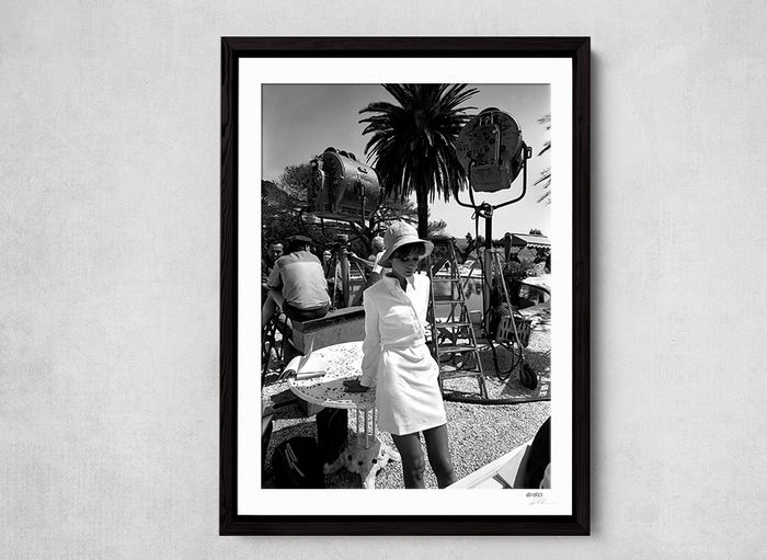 Audrey Hepburn on the set of Stanley Donen's 'Two For The Road', St Tropez, 1967. - 1 - Foto, Framed. with Coa - nr 33/50