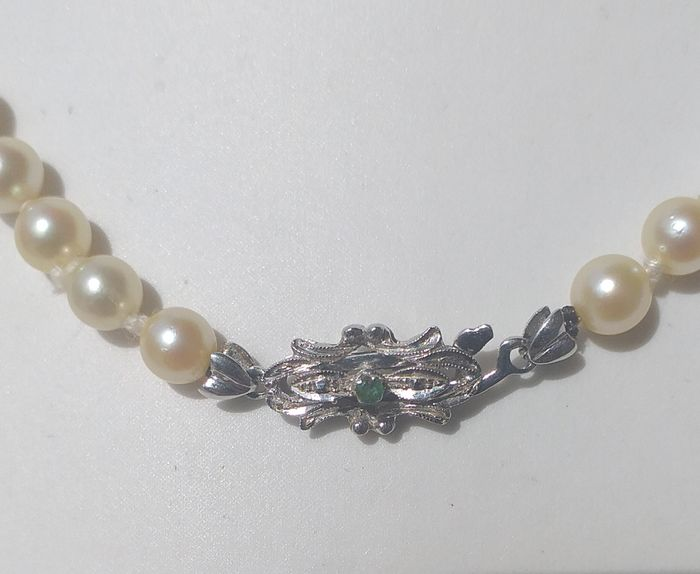 Oro bianco, 750 18 kt emerald 0.02 ct and scale akoya pearls - Collana, With emerald from the 70s