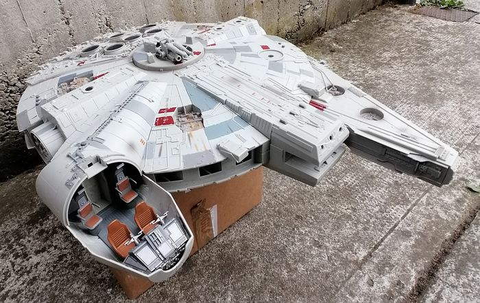 Star Wars - Lot of 3 - Millennium Falcon (Large model 80x60 cm / Incomplete/ Early 90's)  - & 2 Figures; Chewie (12 cm) & Stormtrooper (10 cm)   - Spaceship, Statue(s)