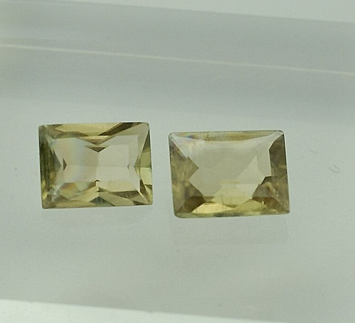 2 pcs from yellowish green to brownisch pink colourchanging Diaspore - 5.40 ct