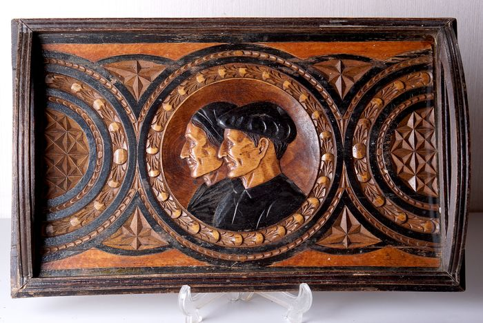 Art deco tray with notched decoration and farmers couple in medallion - Brittany