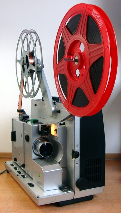 Nette BAUER P6-TS Automatic 16mm Projector met extra speakers in afneembare kap
