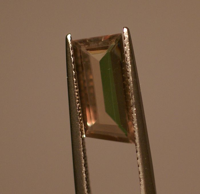 from yelowish green to pinkish brown colourchanging stone Diaspore - 2.62 ct