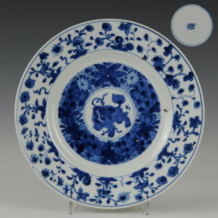 Groot bord (1) - Blauw en wit - Porselein - Qilin, gemerkt in dubbele ring - China - Kangxi (1662-1722)