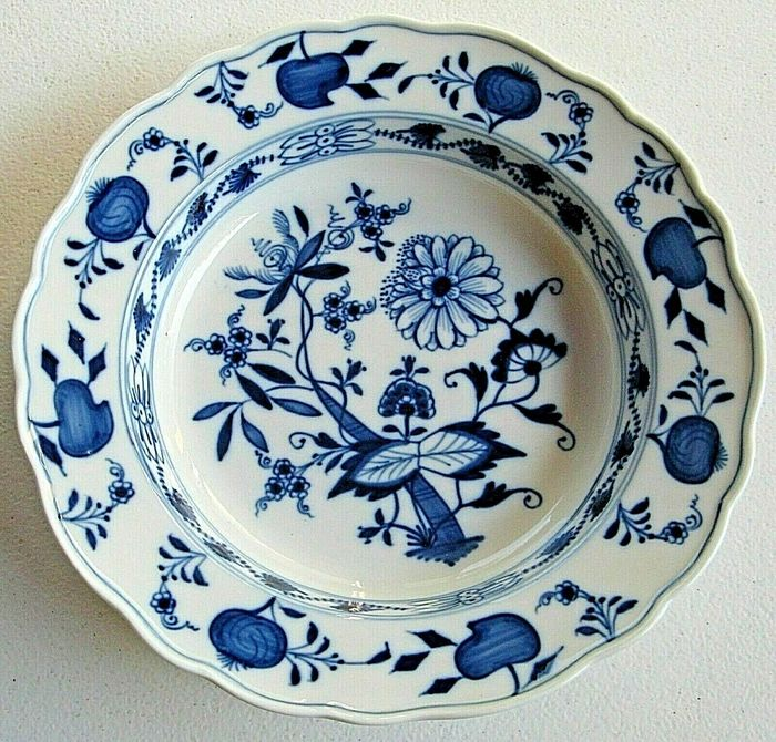 Meissen - plate with onion and floral motif - Porcelain