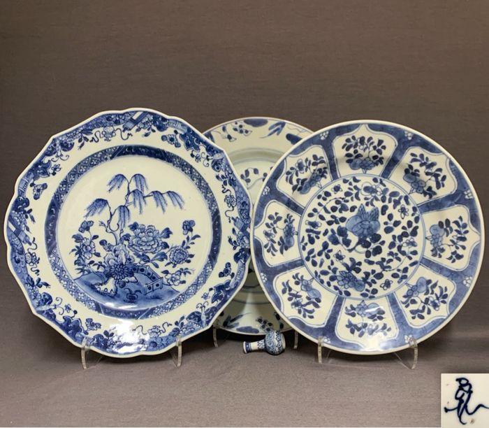 Plates (3) - Porcelain - Chinese - Peonies, floral sprays and blossoms - One marked - China - Kangxi (1662-1722)-Qianlong (1735-1796)