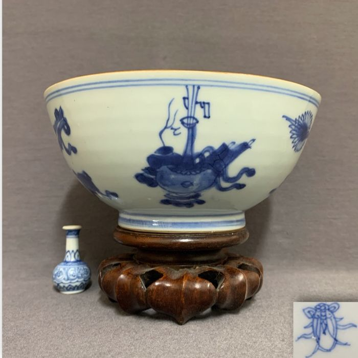 Bowl - Porcelain - Chinese - Eight Buddhist treasures, vases and censers - Marked twin fish  - China - Kangxi (1662-1722)