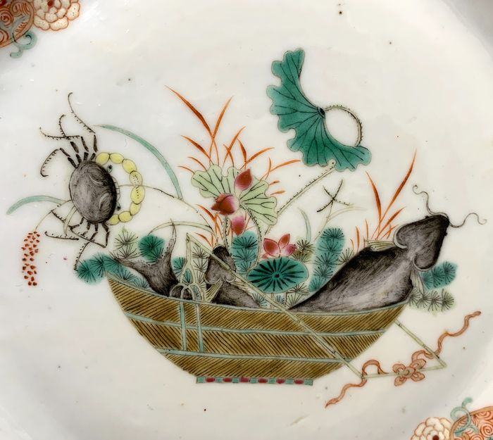 Plate, Saucer - Porcelain -  Chinese - Basket with climbing crab, catfish and lotus - Very finely painted!  - China - Qianlong (1736-1795)
