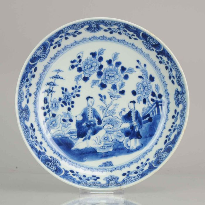 Bord - Blauw en wit - Porselein - Antique Deep Plate Chinese Porcelain Lizas Holding a Baby - China - 18e eeuw