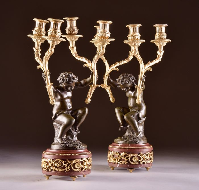 After Claude Michel Clodion  - Very elegant patinated putti candle holders, with gilded decorations (2) - Louis XVI Style - Bronze (gilt), Bronze (patinated), Marble - Late 19th century