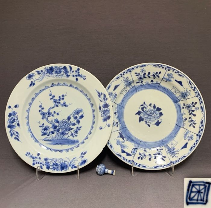 Plates (2) - Porcelain - Chinese - One marked - Plum blossom, peonies and houses in landscape  - China - Yongzheng (1722-1735)/Qianlong (1735-1796)