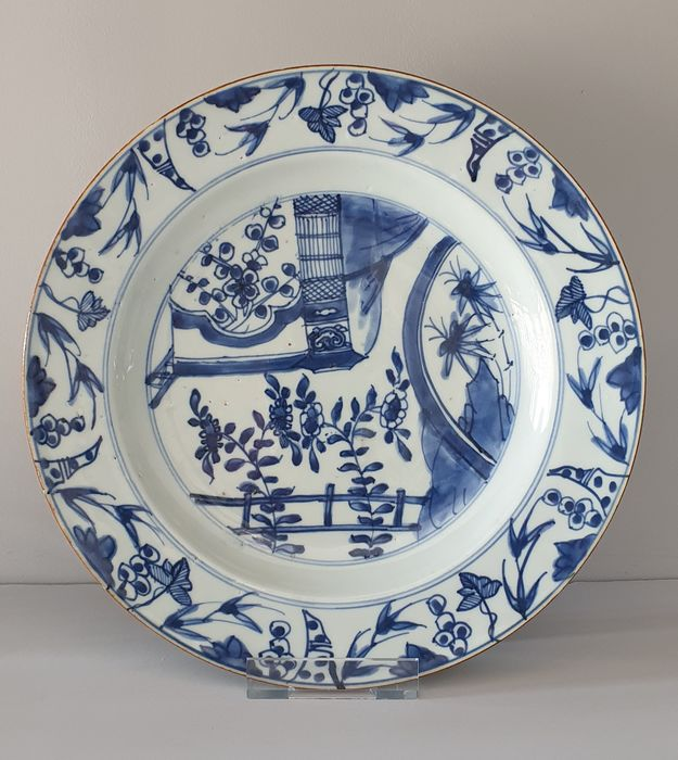 Bord (1) - Blauw en wit - Porselein - Bloemen, terrace, birdcage - Large plate with birdcage and terrace Ø 27,5 cm - China - Kangxi (1662-1722)