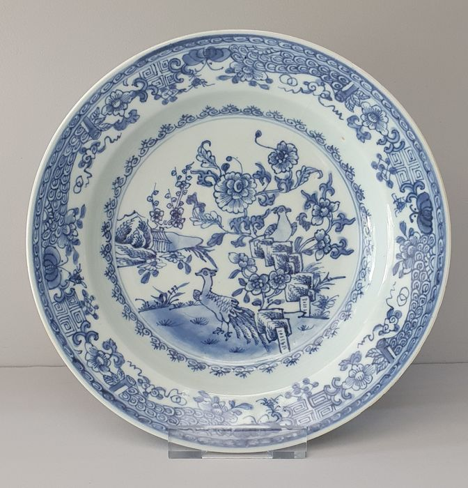 Bord (1) - Blauw en wit - Porselein - Bloemen, peacock, butterflies - Fully decorated deep plate with peacocks Ø 22.5 cm - China - 18e eeuw