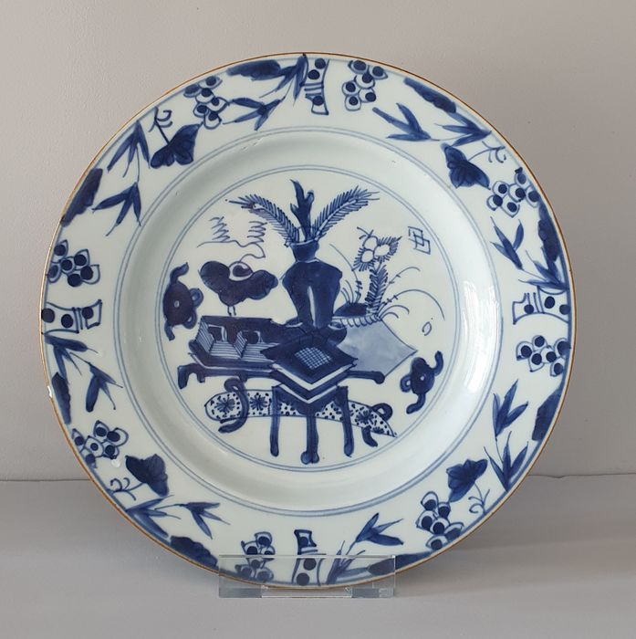 Bord (1) - Blauw en wit - Porselein - Bloemen, Peacock Feathers and wealth - Very Nice Kangxi plate with Wealth decor Ø 23 cm - China - Kangxi (1662-1722)