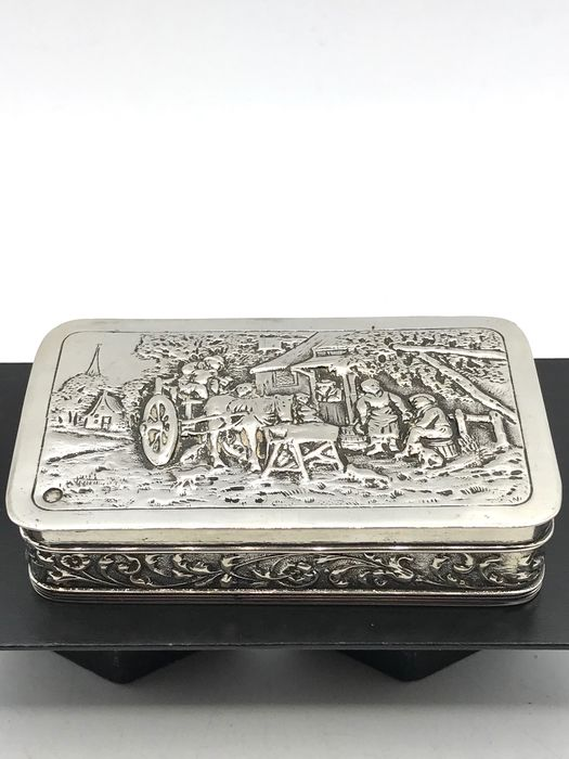 B.W. van Eldik en A.F. van de Scheer (Hollandia Zilversmeden) Zutphen 1930 - Antique silver Tobacco box with old Dutch decor. - Silver