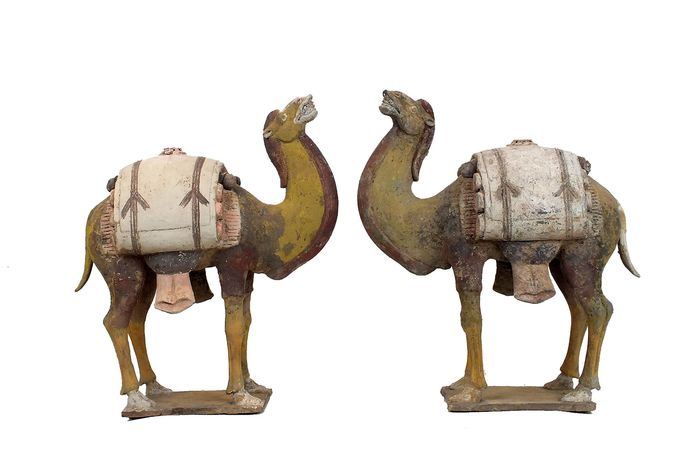 Mingqi, Masterpieces (2) - Terracotta - Magnificent and Extremely Rare Pottery Pair of Camels Laden with Rolled Textiles - China - Northern Zhou Dynasty (557-581 A.D.)