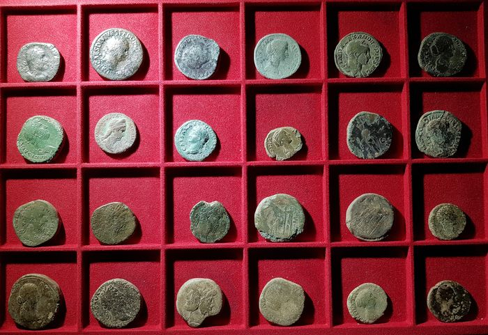 Romeinse Republiek, Romeinse Rijk - Lot comprising 24 AE coins. Various denominations and Emperors (circa I century BC to III century AD) - Brons