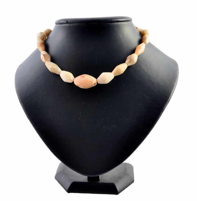 Eastern Mediterranean Basin agate Beaded necklace with gold clasp.