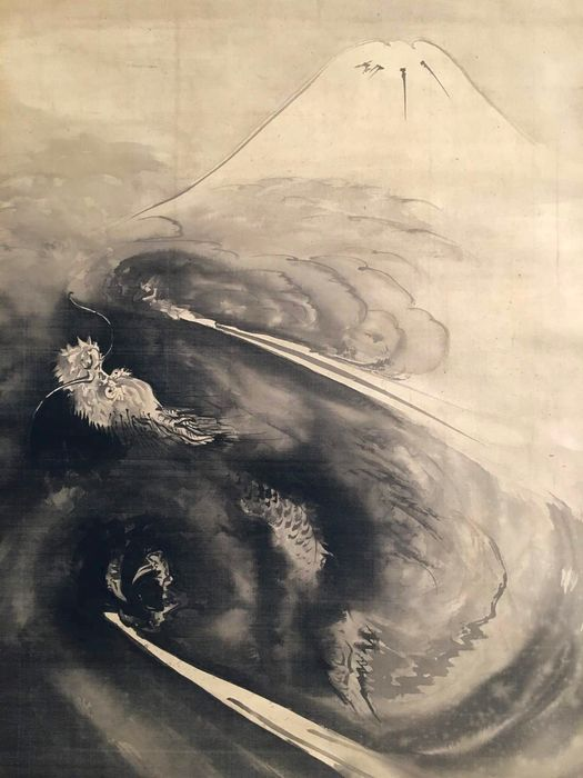 Large original scroll painting - Handpainted on silk - 'Dragon flying over Mount Fuji' - With signature and seal 'Ryuo' 龍翁 (Old Dragon) - Japan - 1904 (Late Meiji period)