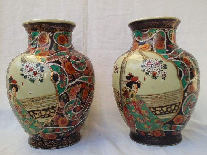 A pair of Japanese vases (2) - Porcelain - Japan - Second half 20th century