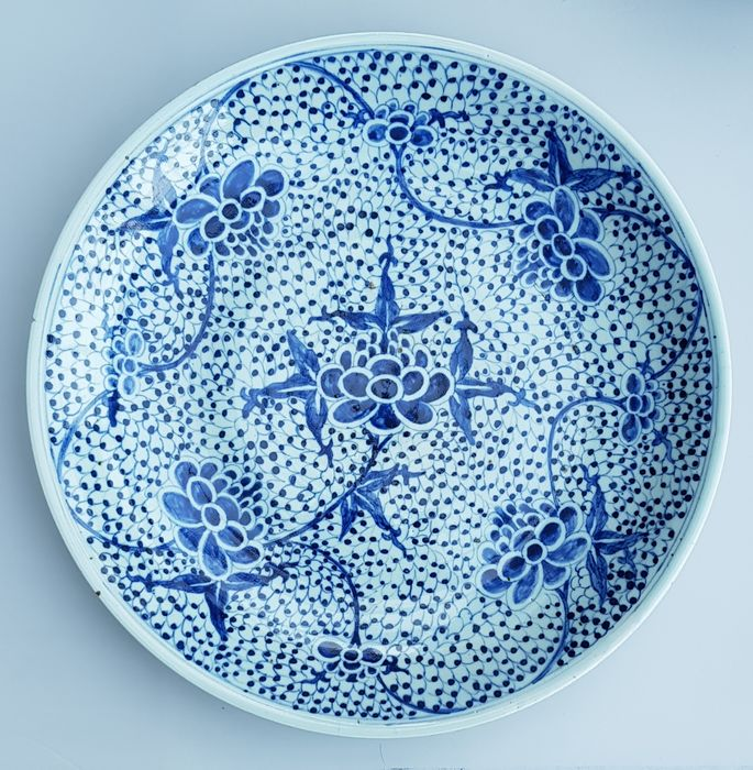 Bord, Grote schotel (1) - Blauw en wit - Porselein - Bloemen, Pioenroos - Very large full decorated plate with peony Ø 40 CM - China - 19e eeuw