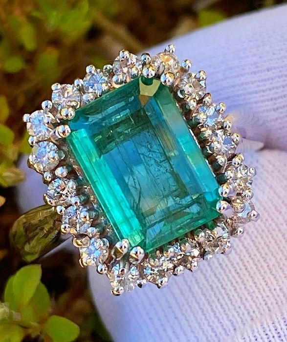 18 kt. White gold - Ring - 3.11 ct Drop Emerald Ring - Diamond
