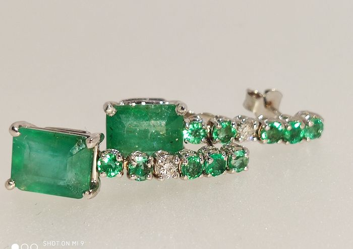 No Reserve Price - 18 kt. White gold - Earrings - 4.50 ct Pendant earrings with emeralds - Diamond, Emeralds