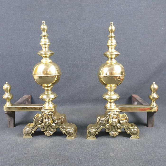 A large pair of andirons - Brass, Iron (cast/wrought) - Late 19th century