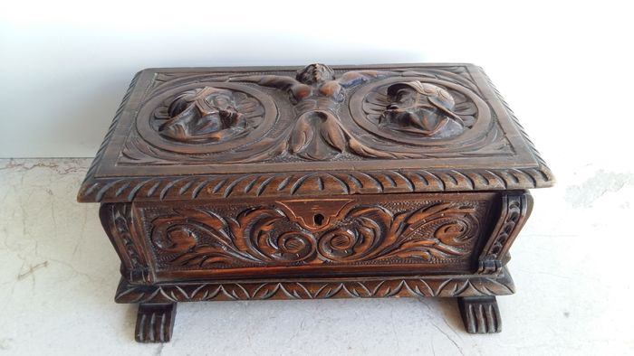 Box, Box as a chest with a beautiful neo-Renaissance carving - Renaissance Style - Wood
