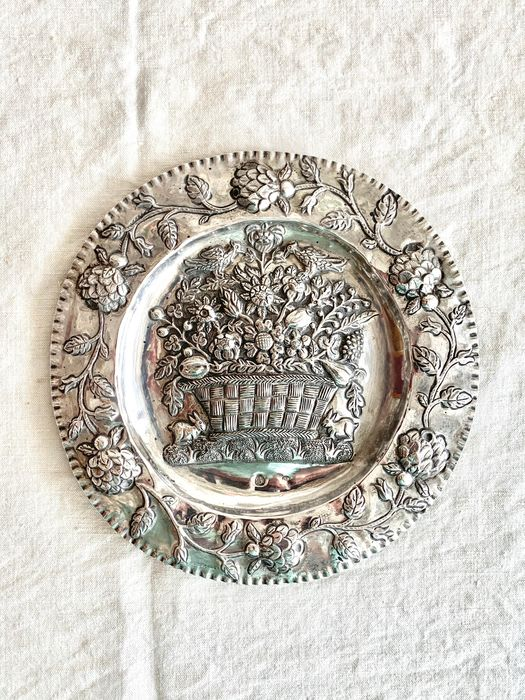 A museum quality  antique plate - hand chased - .800 silver - MK - polish artist - Poland - Mid 19th century