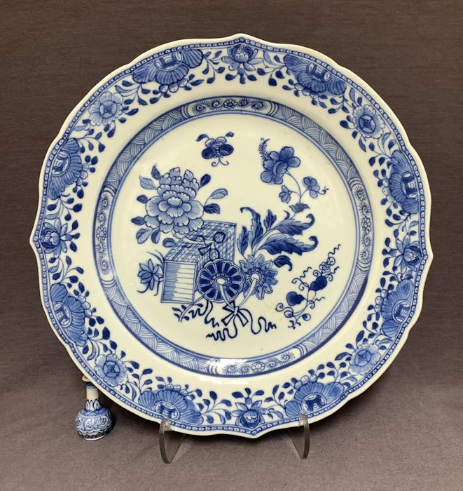 Plate - Blue and white - Porcelain - Chinese -  Serrated border - Books, peonies, butterfly - China - Qianlong (1736-1795)