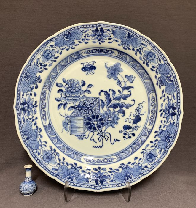 Plate - Porcelain - Chinese -  Serrated border - Books, peonies, butterfly - China - Qianlong (1736-1795)