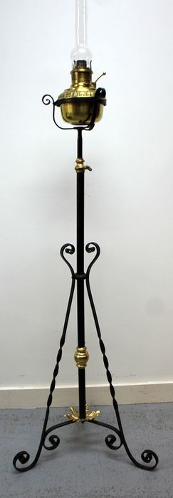 A standing oil lamp - Copper, Glass, Iron (cast/wrought)