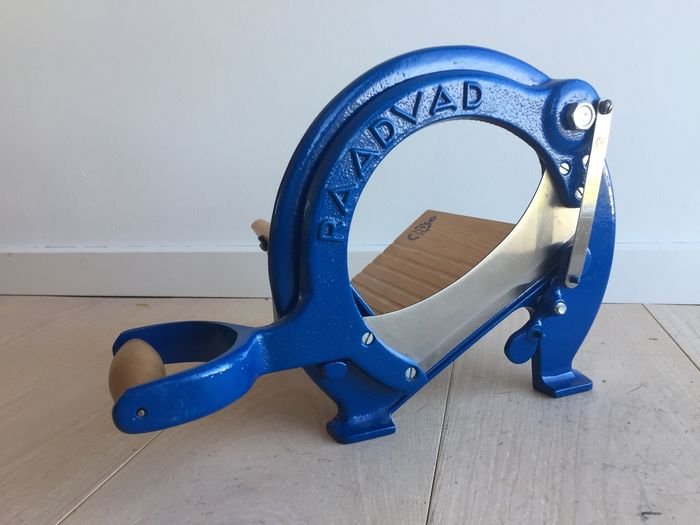 Ove Larsen - Raadvad - classic vintage bread slicer, blue, in near mint condition
