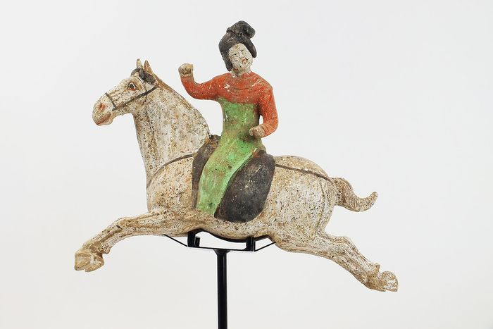 Mingqi - Terracotta - Painted Red Pottery Female Polo Player Astride a Galloping Horse, TL test - Cina - Dinastia Tang (618-907)