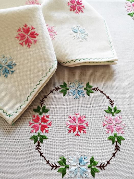 Tablecloth with 8 matching napkins, hand embroidered - 220 x 155 cm (9) - Panama white. - First half 20th century