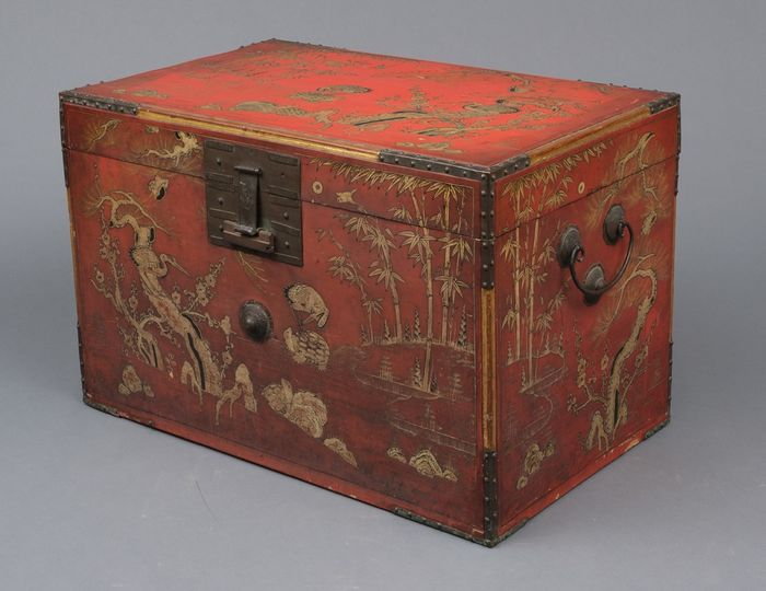 Rare and large red lacquered trunk from Ryūkyū Islands (Okinawa) - Lacquered wood - very rare lacquered trunk from Ryūkyū Islands-Okinawa- extensively lacq. with symbols of good luck - Japan - Late Edo period