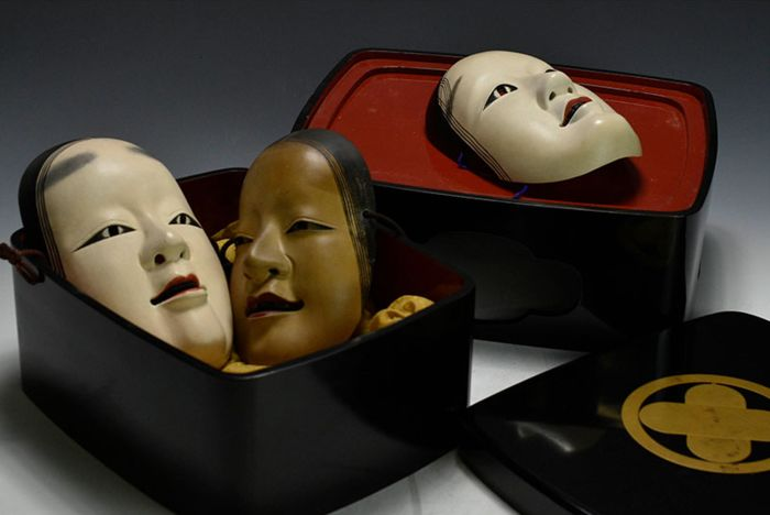 Box, Noh mask, Stand (5) - Gold, Lacquer, Wood - Very fine set of 3 noh masks, including box with Asano clan mon - Japan - late 19th / early 20th century