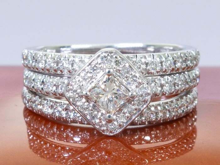 Shane & Co - 14 kt. Gold - 0.75ct - diamond entourage ring set with 0.30ct center.