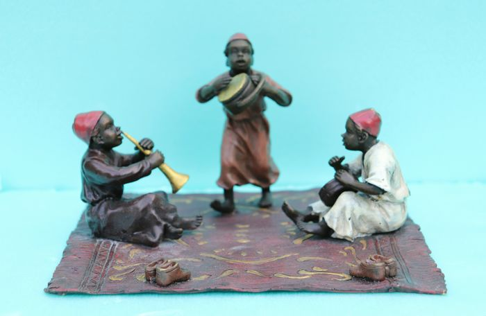 Bergman Foundry  - Sculpture, Vienna bronze - Trio of Arabic children on the carpet playing instruments - Bronze (cold painted) - Early 20th century