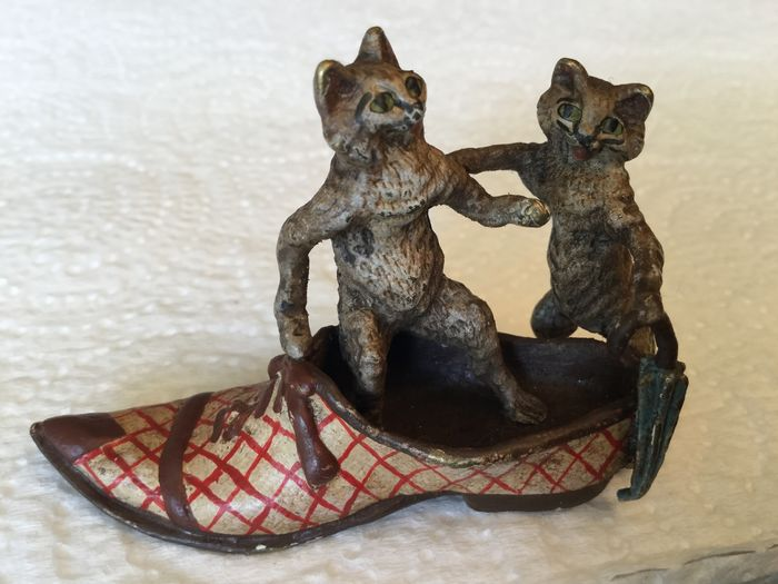 Sculpture, Vienna Bronze - The 2 cats in the shoe with umbrella - Bronze (cold painted) - Early 20th century