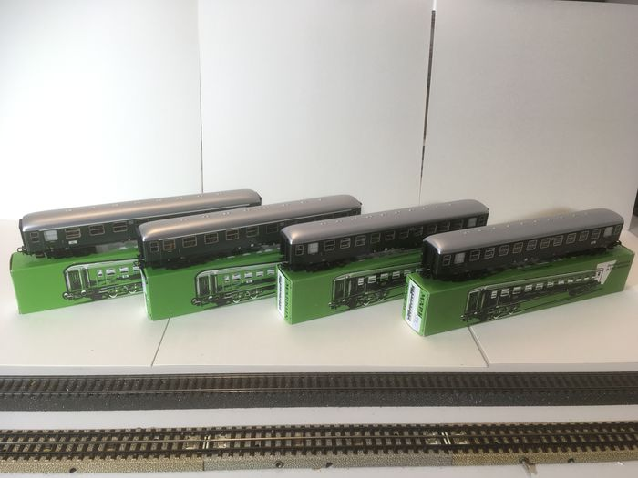 Märklin H0 - 00796-04/00766-05 - Passenger carriage - 4 matching replica tin wagons - ÖBB