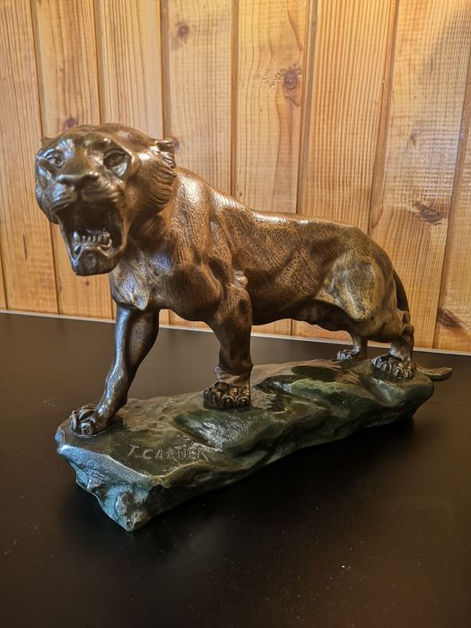 Thomas François Cartier (1879-1943) - Sculpture, Roaring lioness - Bronze (patinated) - Early 20th century