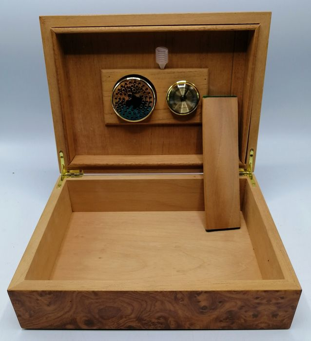 Humidor cigar case with hygrometer