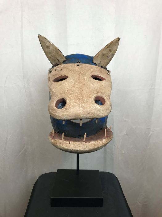zoomorphic tooth mask - Wood and pigments - Yupik - in Inuit style